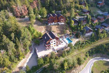 Luftaufnahme auf die Ferienwohnungen von Ferienwallis und Thel mit Schwimmbad